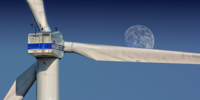 Windenergie vor Mond